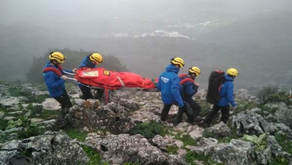 Bomberos trasladan a un lesionado en la Ruta de los Aljibes en Ubrique