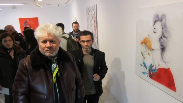 Pedro Almodóvar visita la exposición en Cáceres
