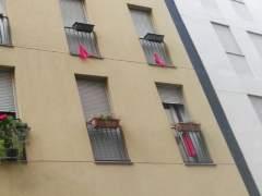 """Trapos rojos en los balcones para protestar por los """"narcopisos"""""""