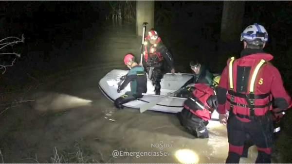 Buscan a un guardia civil arrollado por la corriente de un arroyo en Guillena