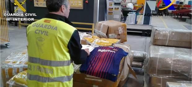 Detenido un hombre por comprar prendas de fútbol falsificadas para venderlas online al por menor