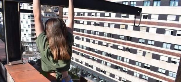 Rescatan a una adolescente encaramada en una cornisa para hacerse una foto