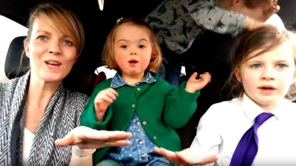 """El emotivo vídeo de 50 madres y sus hijos sobre lo """"divertida y normal"""" que es la vida con síndrome de Down"""