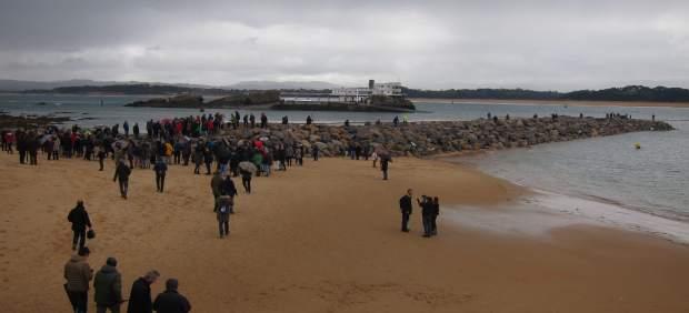 """Decenas de personas se suben al dique de la Magdalena para protestar contra esta """"herida"""" a la ciudad"""