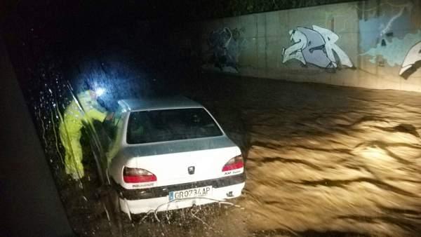 Rescate de un coche en Almuñécar (Granada)