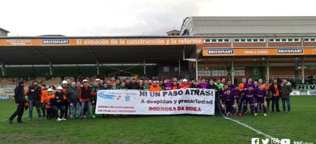 Trabajadores de Productos Tubulares denuncian su situación durante el partido de fútbol entre Sestao y Santurtzi