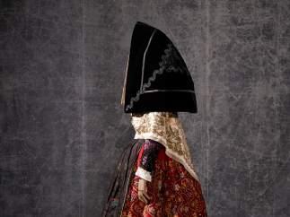 Los trajes tradicionales que inspiraron a Lacroix y Balenciaga