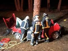 Un joven muerto y otro crítico tras chocar su coche contra un árbol