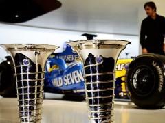 Alonso celebra el inminente inicio del Mundial mostrando sus copas de campeón