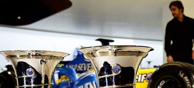 Alonso, con sus copas de campeón del mundo de F1