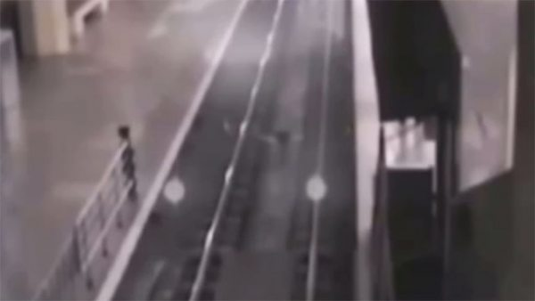 Un tren fantasma para en una estación de China