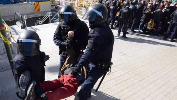 Los Mossos sacan a uno de los manifestantes de los accesos a la estación Sabadell Centre.