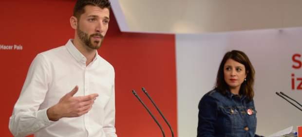 Omar Anguita, secretario general de JSE, y Adriana Lastra, número dos del PSOE.