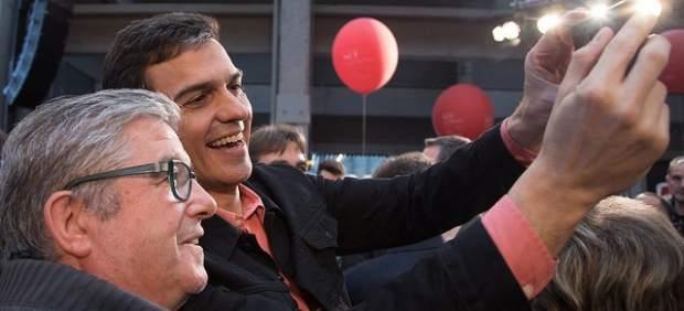 Pedro Sánchez, secretario general del PSOE, se fotografía este domingo con un asistente a la clausura de la Escuela de Buen Gobierno de su partido.