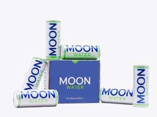 El refresco embotellado con luna llena