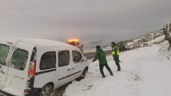 La Guardia Civil ha auxiliado a varios vehículos por nieve en la N-330