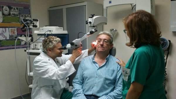 Profesionales sanitarios atienden a un paciente de Otorrinolaringología