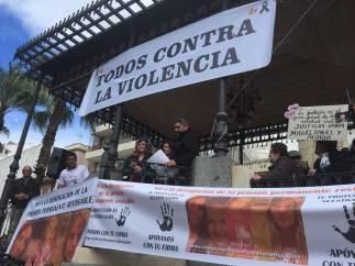 Juan José Cortés y Ruth Ortiz en una concentración en Huelva.