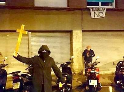 Miembros de la extrema derecha protestando contra la mezquita.