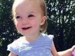 Muere una niña de dos años arrojada a un río por los ladrones de su coche familiar