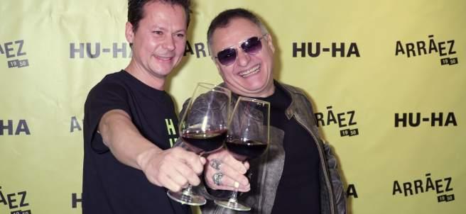 Chimo Bayo junto a Toni Arráez brindan con el nuevo vino HU-HA