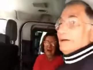 Hombre brasileño se reencuentra con su mujer.