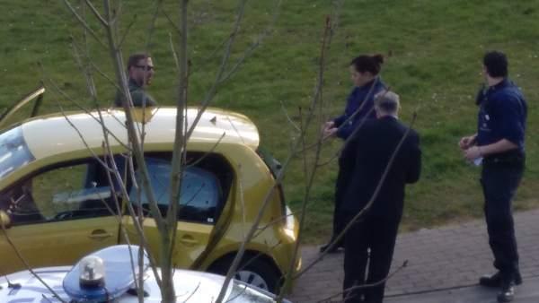 Una patrulla de la policía belga identificando a los individuos que intentaron acceder a la casa de Carles Puigdemont en Waterloo (Bélgica) vestidos de guardias civiles.