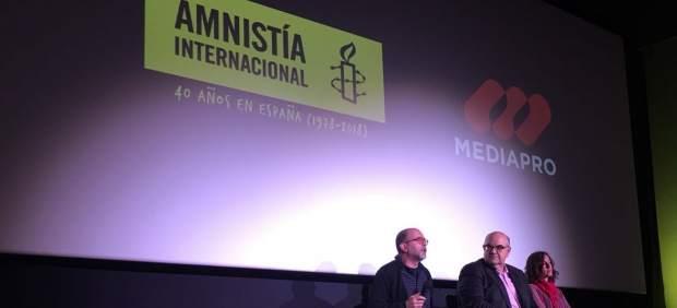 Esteban Beltrán, en el centro, en la rueda de prensa de los 40 años de Amnistía Internacional en España