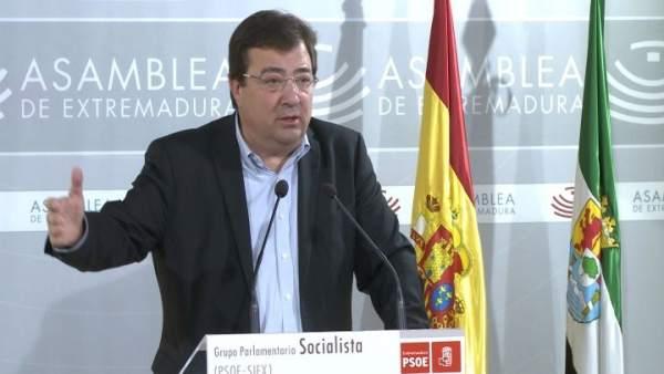 Fernández Vara en la rueda de prensa en la Asamblea