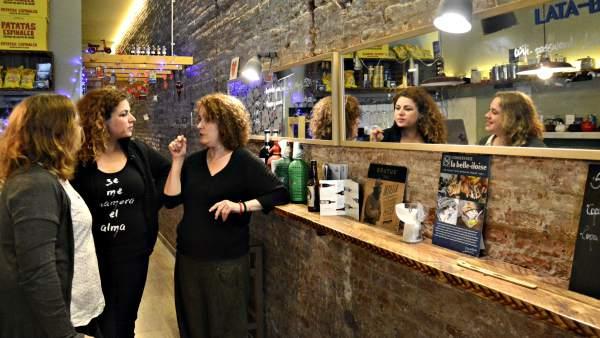 Tres mujeres emprendedores reunidas comparten experiencias.
