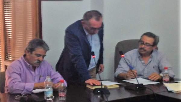 Martínez toma posesión como alcalde tras aprobarse la moción de censura.
