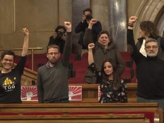 Los cuatro diputados de la CUP levantando el puño.