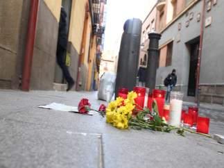 Depositan flores y velas en memoria del mantero muerto en Lavapiés (Madrid)