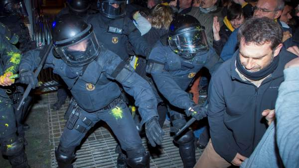 Cargas de los Mossos contra independentistas en Barcelona