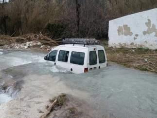 Rescatado el conductor de un vehículo atrapado en el Río Cabra