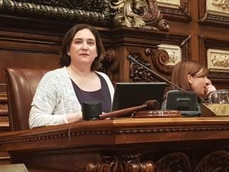 La alcaldesa de Barcelona, Ada Colau, en el pleno municipal.