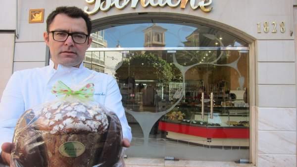 El confitero artesano Carlos Bonache posa con el 'Huevotone'