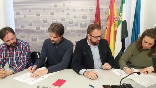 Firma de acuerdo entre PSOE e IU de Mérida