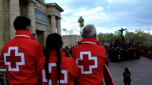 Voluntariado de Cruz Roja en el entorno de la Mezquita