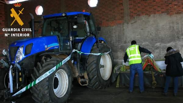 Tractor incautado por la Guardia Civil.