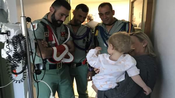 Legionarios visitan a niños ingresados en el Materno Infantil de Málaga