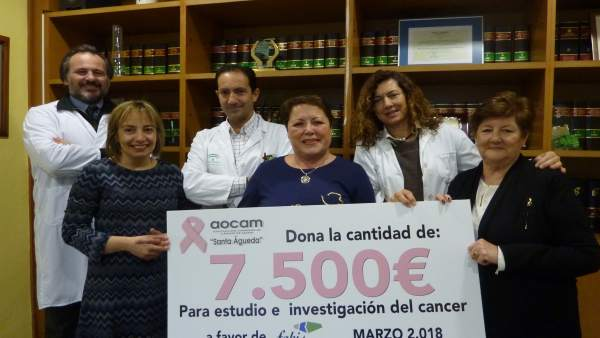 La asociación de cáncer de mama firma convenio con el Juan Ramón Jiménez.