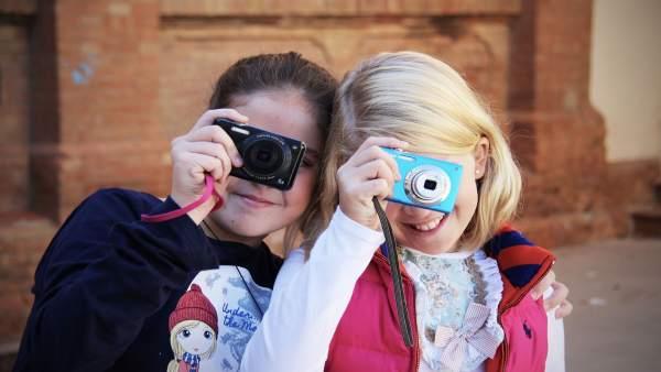 Niñas cámara fotografías infantil talleres Diputación La Térmica mini ocio