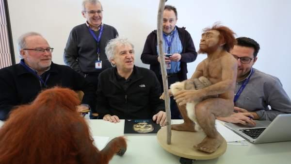 El director del Museo de la Evolución Humana, Juan Luis Arsuaga, en el centro