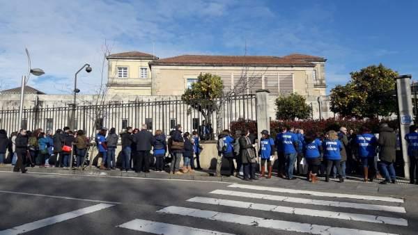 Protesta de traballadores de xustiza en Galicia ás portas da Xunta.