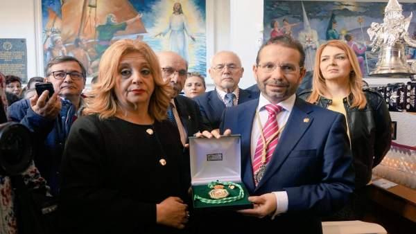 La sobrina de Chiquito dona la Medalla de Andalucía a la cofradía del Cautivo