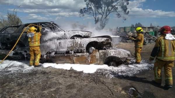 Efectivos refrescan los vehículos incendiados