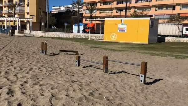 Aparatos en áreas deportivas de playas de Fuengirola