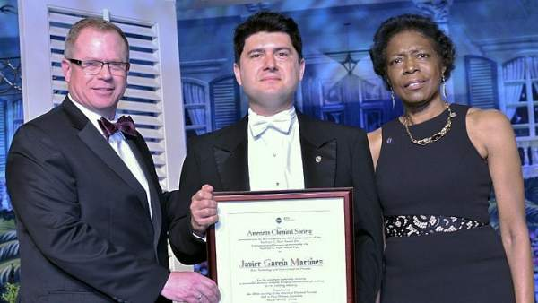 Javier García recibe el premio de la Sociedad Americana de Química