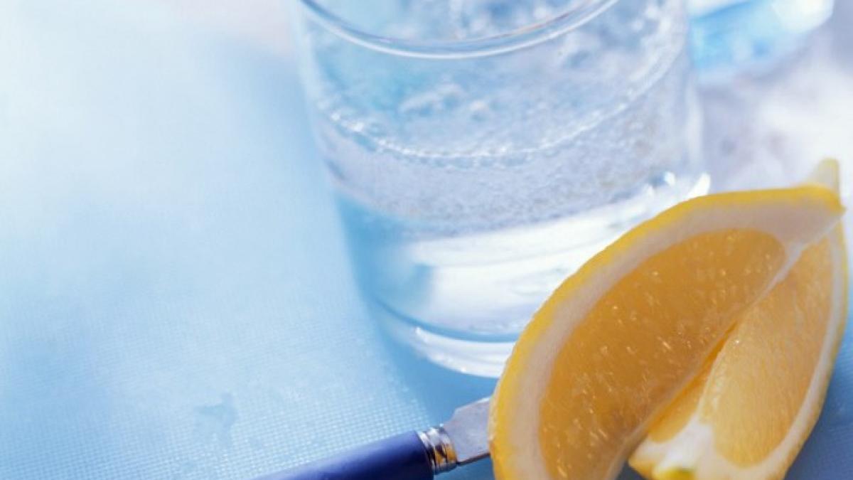 36 beneficios de tomar agua con limon en ayunas